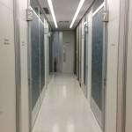 Bem sinalizado e orientado, o corredor de acesso aos consultórios se tornou o eixo central de uso do novo prédio.