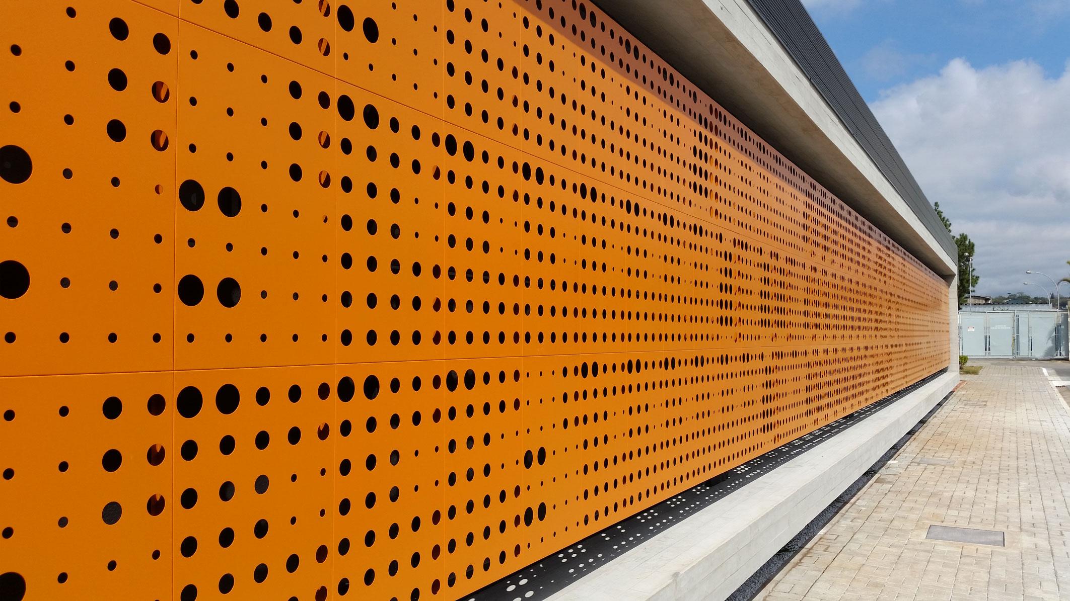O brise Screen Panel da Hunter Douglas protege a fachada da insolação direta e da cor ao novo prédio.