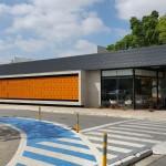 O novo prédio do Ambulatório Bayer se tornou um marco no site com seu brise laranja e a imensa cobertura em balanço que busca abrigar a ligação entre prédio
