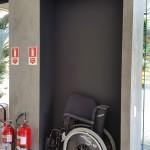 Elemento fundamental em atendimento de emergência, a cadeira de rodas sempre esquecida em um canto,  foi cuidadosamente posicionada fazendo parte do contexto do ambiente.