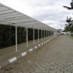 Estrutura metálica da cobertura em policarbonato para permitir a proteção dos pedestres da portaria principal até a recepção