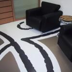 Detalhe do piso em resina com a marca do cliente, trazendo as boas-vindas aos clientes e usuários