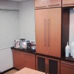 Detalhe de móvel da sala da Diretoria com cheios e vazios, evitando que toda a parede tomasse o ambiente e tomasse a sala visualmente menor