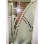 Uma porta de vidro com o logo estampado na porta, possibilita a visão da recepção, criando um atrativo visual