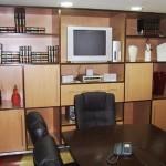 A sala de reuniões foi equipada para viabilizar o uso de equipamentos audio visuais