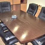 Detalhe da mesa de reuniões com abertura central para acesso a pontos de dados, elétrica e voz sob o tempo. Permite ainda que os fios fiquem embutidos na mesa, melhorando a questão estética e liberando área de trabalho