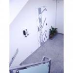 Vista da escada. Antes da intervenção com piso em ardósia, a escada foi totalmente reformada com a troca do piso para granito e o guarda corpo foi reaproveitado e modernizado com vidro serigrafado na cor branca e fixadores cromados