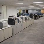Centralização da área de serviços para impressão, cópias e fax ajudam a administrar melhor os recursos relacionados ao material de escritório e reduz a necessidade de impressoras descentralizadas