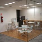 Detalhe do café para um break ou reuniões rápidas. O piso em PVC imitando madeira e aplicado sobre o piso elevado, torna o café um lugar mais aconchegante e de fácil manutenção