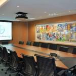 Vista da Sala de Reuniões da Presidência com o quadro instalado sobre o painel em madeira